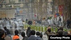 Тегерандагы жекшемби күнкү кагылыштардан бир көрүнүш. Сара тарткан сүрөт. 2009-жылдын 27-декабры.