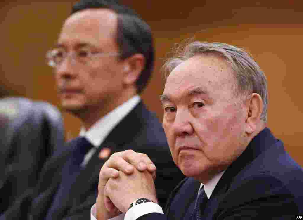 В поездке Назарбаева сопровождает министр иностранных дел Казахстана Кайрат Абдрахманов. Будут ли на встрече с Си Цзиньпином подниматься вопросы давления на этнических казахов в Синьцзяне со стороны китайских властей, неизвестно. Информации об этом на официальном сайте Акорды нет.