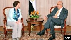 Це вже другий візит Аштон після усунення Мурсі: під час зустрічі з віце-президентом Єгипту Мухаммадом ель-Барадеєм, Каїр, 17 липня 2013 року