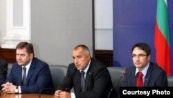 Ministrul rus al energiei, Sergei Shmatko, premierul Boiko Borisov și ministrul bulgar Traicio Traikov după ultima rundă de tratative la Sofia