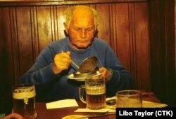 Scriitorul ceh Bohumil Hrabal la berăria sa favorită din Praga, U Zlateho Tygra (1990)