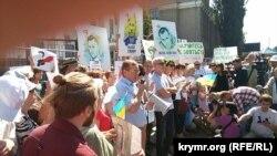 Иллюстрационное фото. Акция в поддержку Олега Сенцова и Александра Кольченко у посольство России в Киеве, день оглашения приговора, 25 августа 2015 года