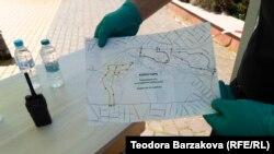 Полицаят на входа на Южния парк показва позволените коридори за разходка