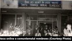 Vizita de lucru a lui Nicolae Ceauşescu cu prilejul deschiderii noului an de învăţământ la Grupul şcolar al Ministerului industriei ușoare, Bucureşti. (15 septembrie 1976) Sursa: Fototeca online a comunismului românesc; cota:204/1976