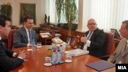 Средба на премиерот Никола Груевски со заменик помошникот на државниот секретар на САД Филип Рикер. На средбата присуствуваа и министерот за надворшени работи Никола Попоски и американскиот амбасадор Пол Волерс. 17 јуни 2013 година во Скопје.