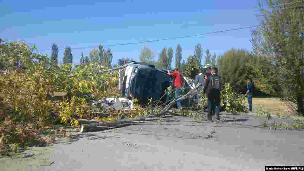 Protesters used trees, cars, and a truck to block the highway in Issyk-Kul Province. Some 400 people were at the site of the roadblock at the height of the protest.