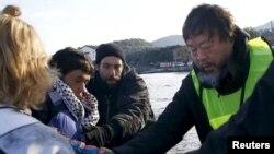 Հունաստան – Չինացի ակտիվիստ Այ Վեյվեյը (աջից) օգնում է Լեսբոս կղզի ժամանող աֆղանստանցի փախստականներին, 25-ը հունվարի, 2016թ․