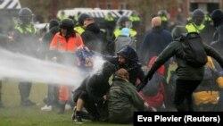 Полиция норозиларга қарши сув пуркагичларни қўллади.