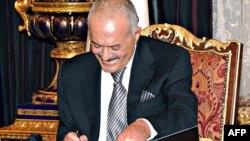 Али Абдалла Салех подписывает план урегулирования политического кризиса в Йемене