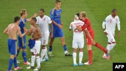 Английские и украинские футболисты после окончания матча Украина - Англия. 19 июня 2012 г, Донецк