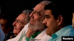 Кубаның бұрынғы басшысы Фидель Кастро (ортада), оның інісі, Куба президенті Рауль Кастро (сол жақта) және Венесуэла президенті Николас Мадуро Фидель Кастроның 90 жылдық мерейтойына арналған салтанатты шарада отыр. Гавана, 13 тамыз 2016 жыл.