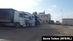 Aktau limanında yük maşınları - yanvar 2016
