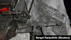 Фрагмент с изображением винтовки Шмайссера на постаменте памятника Михаилу Калашникову