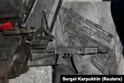 Фрагмент із зображенням креслення німецької штурмової гвинтівки Шмайссера на постаменті пам'ятника Михайлу Калашникову у Москві. Цей фрагмент демонтували 22 вересня 2017 року, на третій день після відкриття пам'ятника