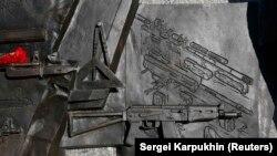 Фрагмент із зображенням гвинтівки Шмайссера на постаменті пам'ятника Михайлу Калашникову у Москві