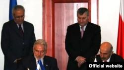 ნიკარაგუის საგარეო საქმეთა მინისტრმა სამუელ სანტოს ლოპესმა (მარცხნივ) და დე ფაქტო რესპუბლიკის საგარეო უწყების ხელმძღვანელმა მურად ჯიოევმა ორ რესპუბლიკას შორის დიპლომატიური ურთიერთობის დოკუმენტს მოაწერეს ხელი
