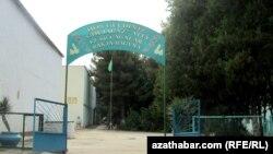 Aşgabadyň 12- nji çagalar bagynyň girelgesi. Aşgabat, iýul, 2012.