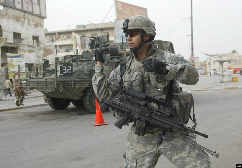 دلیل و اتهام اصلی برای انجام این حمله نظامی «برخورداری صدام حسین از تسلیحات کشتار جمعی» بود که پس از سقوط بغداد مشخص شد چنین تسلیحاتی در کار نبوده است.