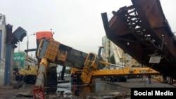 Один из упавших строительных кранов на рынке «Чорсу».