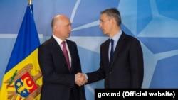 Premierul Filip cu secretarial-general NATO, Jens Stoltenberg, la o conferință de presă la Bruxelles