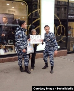 Moscow police arrest Irina Epifanovskaya, taking part in action against Russia's war in Ukraine, on August 31.
