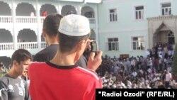 Мешітке айт намазға жиналғандарды телефон камерасына түсіріп тұрған тәжік жастары. Душанбе, 31 тамыз 2011 жыл.
