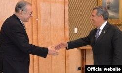 Кшиштоф Занусси считает, что контакты с Россией прерывать нельзя. На этом фото польский режиссер (слева) во время встречи с президентом Татарстана Рустамом Миннихановым (2013)