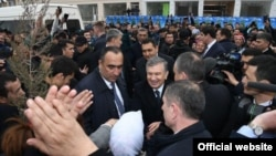 Шавкат Мирзияев общается с жителями Туракурганского района Наманганской области, 28 февраля 2019 года. Фото с сайта пресс-службы президента Узбекистана.