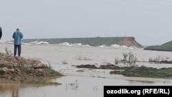 В районе прорыва дамбы Сардобинского водохранилища в Сырдарьинской области Узбекистана.