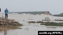 Прорыв дамбы Сардобинского водохранилища в Узбекистане.