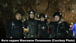 Український дайвер Максим Полежака (крайній праворуч)