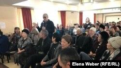 Гражданский активист Павел Шумкин выразил недовольство отсутствием конкретики по предстоящей реновации в Караганде. 29 февраля 2020 года.