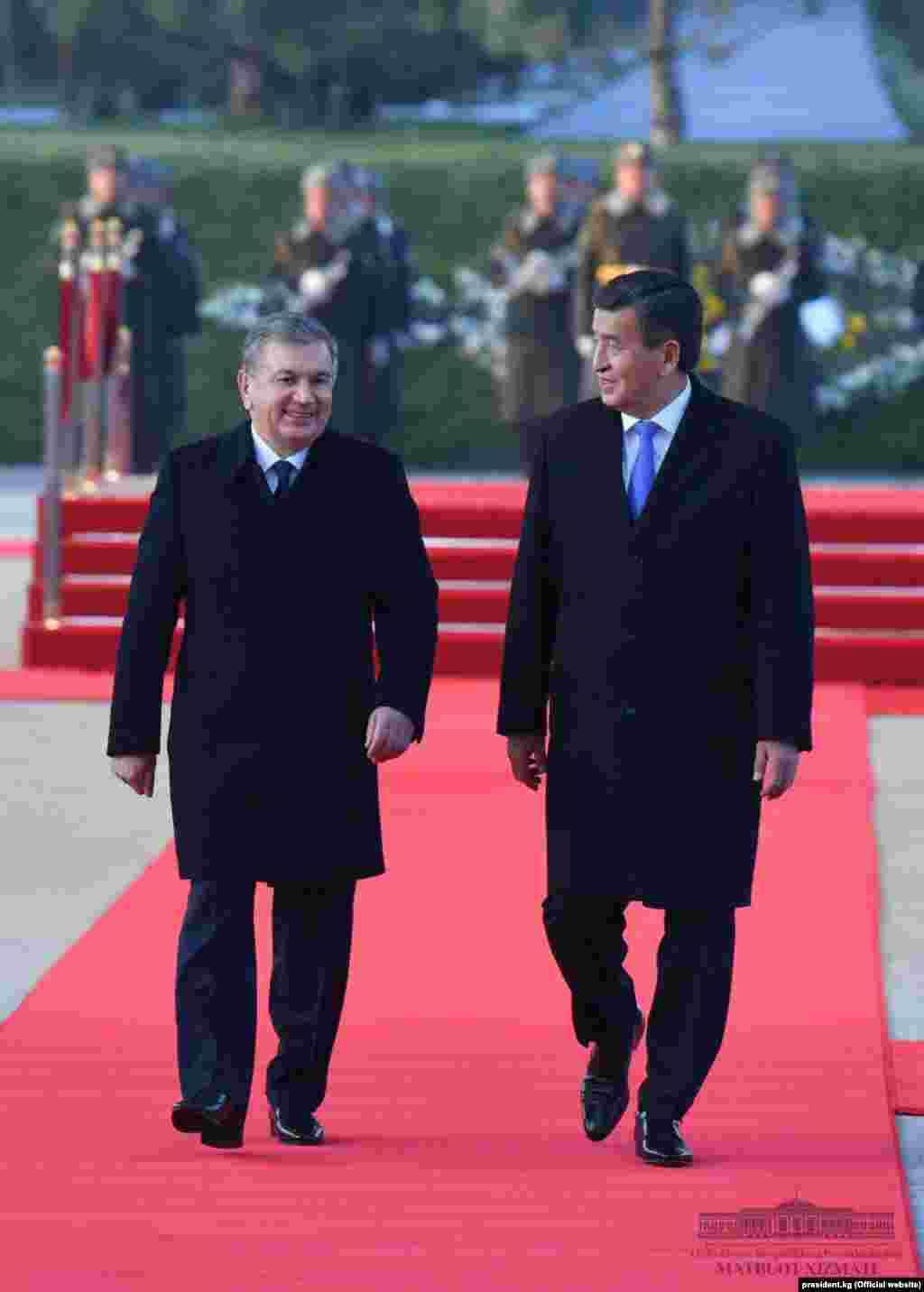 Өзбекстан басшысы Шавкат Мирзияевтің президент Сооронбай Жээнбековті қарсы алуы.