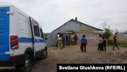 Судебные исполнители пришли сносить дом жительницы Астаны Несипкуль Уябаевой, которая обклеила стены своего дома портретами президента Казахстана Нурсултана Назарбаева, 12 мая 2017 года.