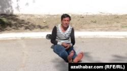 Ýol ugrunda oturan dilegçi. Aşgabat, iýun, 2015.