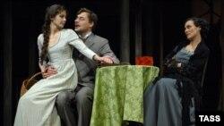 Сцена из спектакля «Бесприданница» в постановке Петра Фоменко