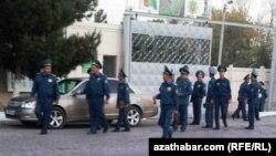 Türkmenistanyň Içeri işler ministrligine degişli Lebapdaky polisiýa bölüminiň işgärleri. Arhiwden alnan surat
