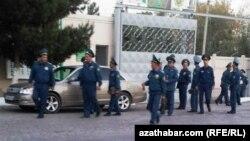 Türkmenistanyň polisiýa işgärleri.