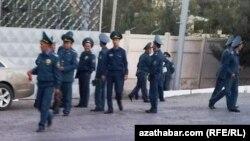 Türkmenabatdaky polisiýa işgärleri.