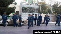 Polisiýanyň Ýol Gözegçilik Gullugynyň işgärleri. Aşgabat