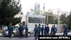 Түркмөнстандын көчөлөрүндөгү полиция кызматкерлери.