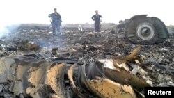 """Украина шарқида 17 июль куни уриб туширилган Малайзияга қарашли """"Боинг-777"""" самолёти қолдиқлари."""