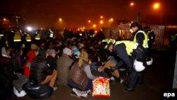 مالمو سوئد - پلیس پناهجویان را از یک اردوگاه غیرقانونی بیرون میکند