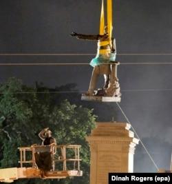 Демонтаж статуи президента конфедеративных штатов Джефферсона Дэвиса