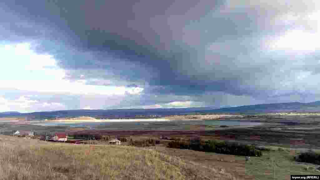 «Воды в Тайганском водохранилище практически нет, плотина стоит сухая и рассыхается, на дне водохранилища из 35 млн м³ осталась лужа в 1 млн м³. Этой воды не хватит даже напоить парк львов «Тайган», а не то что Северный Крым», – отметил в комментарии Крым.Реалии бизнесменОлег Зубков