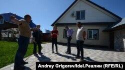 Согласно проекту Генплана, новая дорога пройдёт прямо через эти дом и двор. Таких домов в Новой Сосновке — десятки.