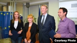 Евроамбасадорот Аиво Орав и наградените новинари, Сашка Цветковска, Љубиша Арсиќ и Билјана Николовска.