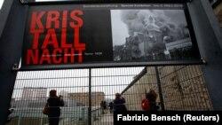Відвідувачі оглядають присвячену «Кришталевій ночі» експозицію в музеї терору в Берліні