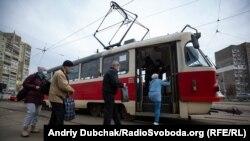 У Києві після послаблення карантину із 23 травня запрацював наземний пасажирський транспорт, підземка відновила роботу 25 травня