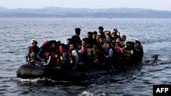 Лодка с беженцами у греческого острова Лесбос. Сентябрь 2015 года.